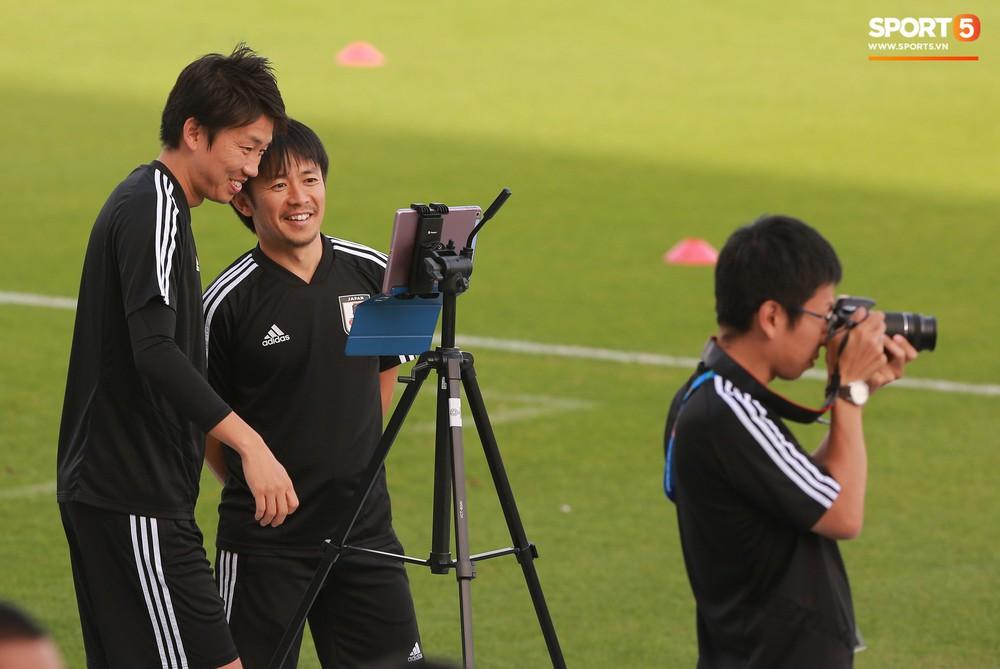 Nữ trợ lý đặc biệt trên sân tập của tuyển Nhật Bản - Ảnh 6.