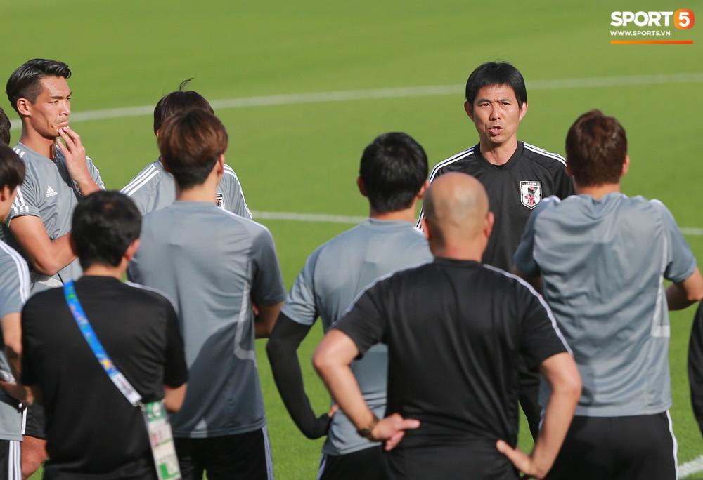 Nữ trợ lý đặc biệt trên sân tập của tuyển Nhật Bản - Ảnh 8.
