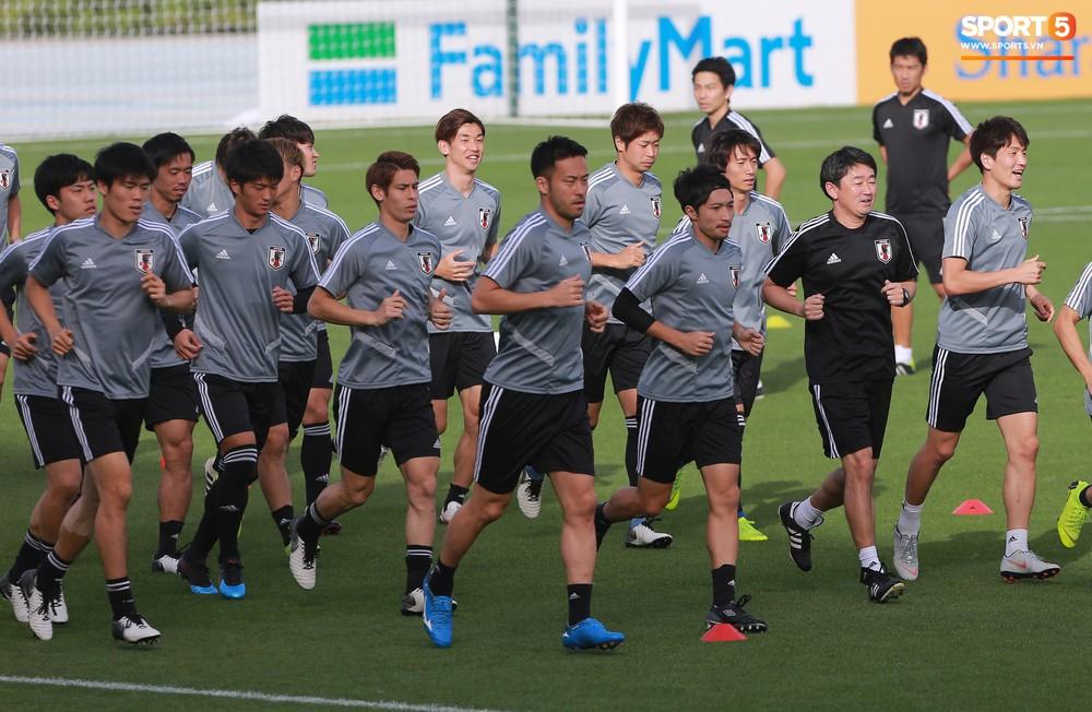Nữ trợ lý đặc biệt trên sân tập của tuyển Nhật Bản - Ảnh 2.