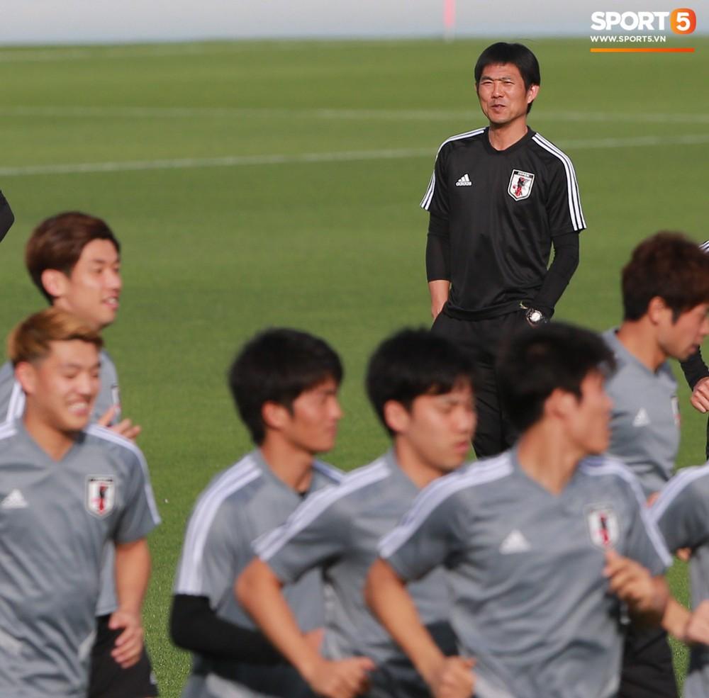 Nữ trợ lý đặc biệt trên sân tập của tuyển Nhật Bản - Ảnh 11.