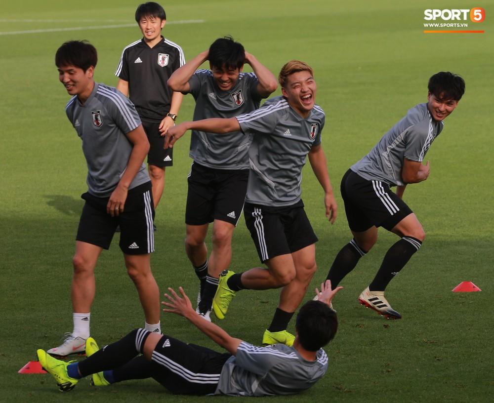Nữ trợ lý đặc biệt trên sân tập của tuyển Nhật Bản - Ảnh 10.