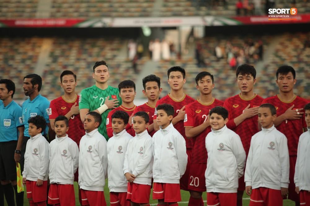 Xuân Trường cúi đầu xúc động trước quốc kỳ Việt Nam tại Asian Cup 2019 - Ảnh 3.