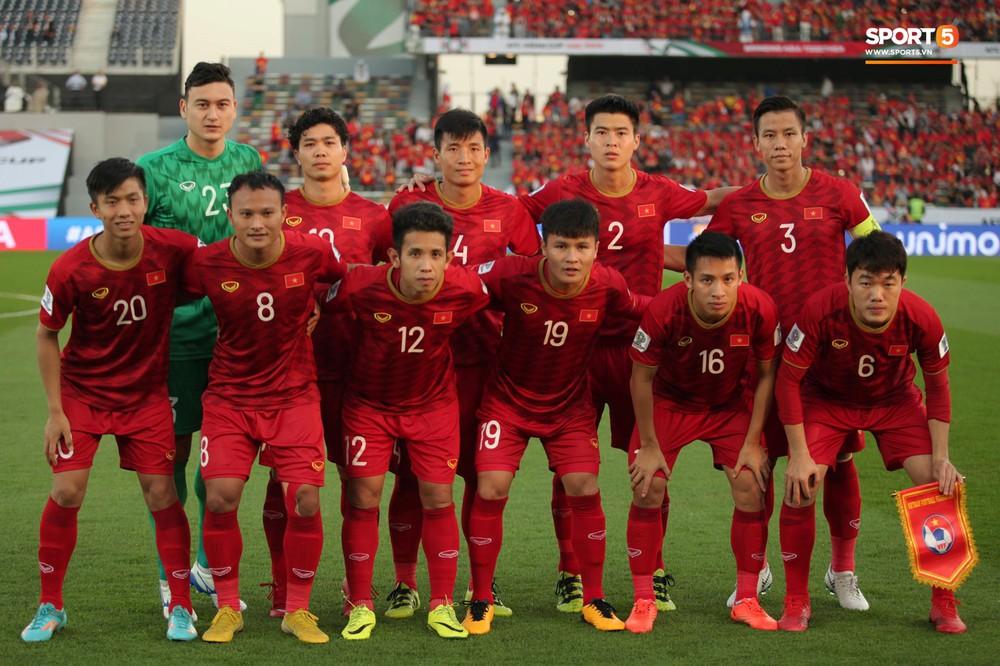Xuân Trường cúi đầu xúc động trước quốc kỳ Việt Nam tại Asian Cup 2019 - Ảnh 8.
