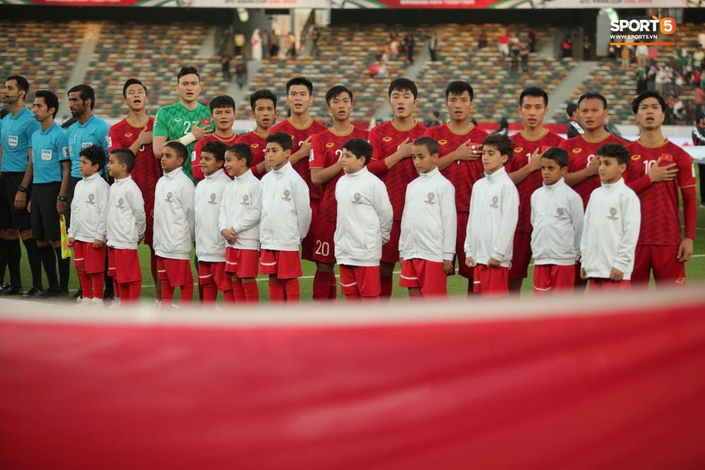 Xuân Trường cúi đầu xúc động trước quốc kỳ Việt Nam tại Asian Cup 2019 - Ảnh 2.