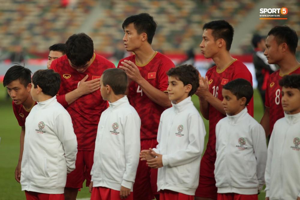 Xuân Trường cúi đầu xúc động trước quốc kỳ Việt Nam tại Asian Cup 2019 - Ảnh 7.