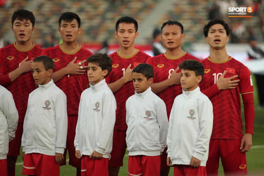 Xuân Trường cúi đầu xúc động trước quốc kỳ Việt Nam tại Asian Cup 2019 - Ảnh 4.