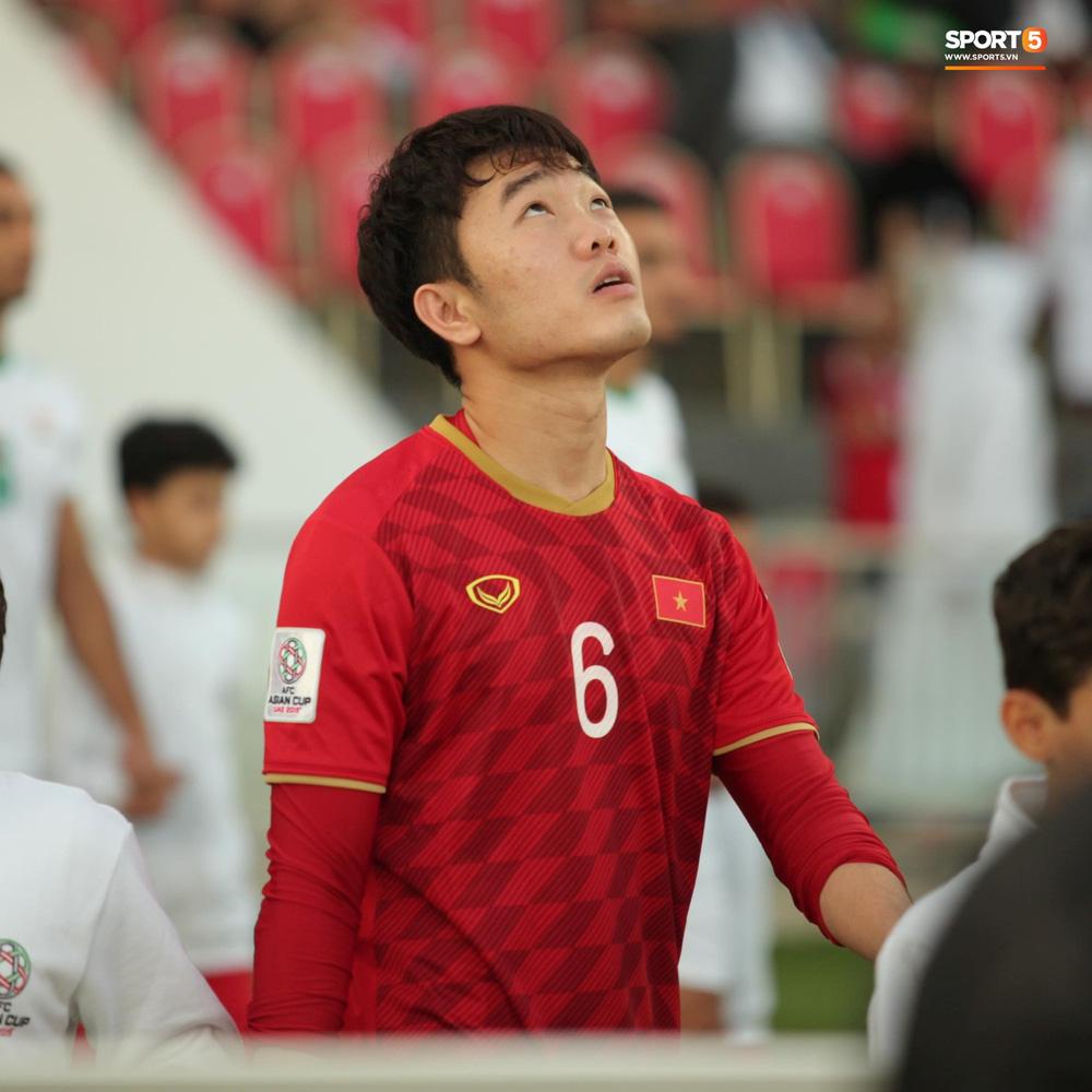 Xuân Trường cúi đầu xúc động trước quốc kỳ Việt Nam tại Asian Cup 2019 - Ảnh 1.