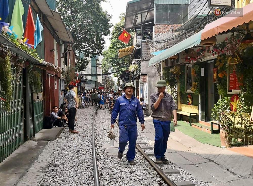 Hà Nội: Phố cà phê đường tàu vắng hoe ngày chính thức bị đóng cửa - Ảnh 9.