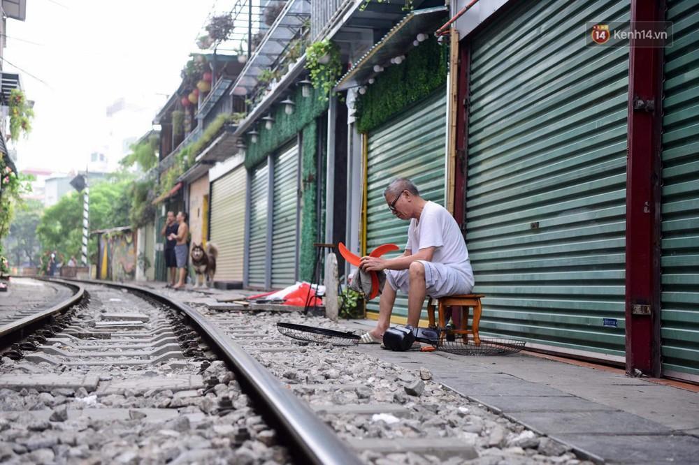 Hà Nội: Phố cà phê đường tàu vắng hoe ngày chính thức bị đóng cửa - Ảnh 10.