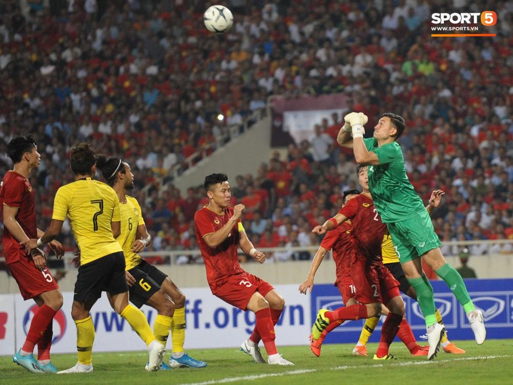 Đặng Văn Lâm được fan khen là đỉnh của đỉnh sau những pha bay người đấm bóng như siêu nhân - Ảnh 2.
