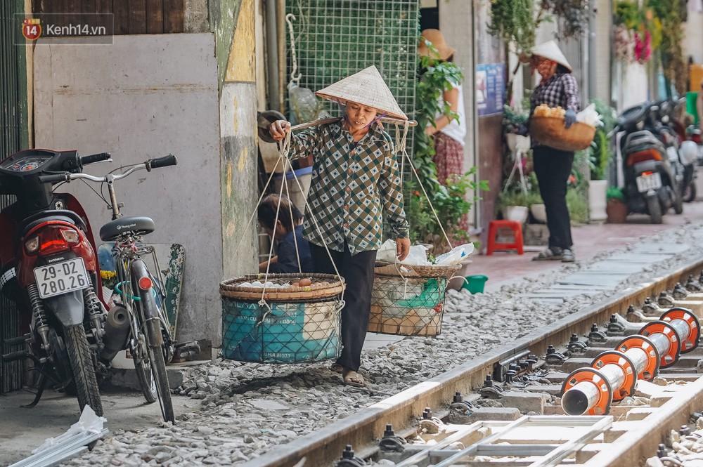 Ảnh: Du khách nước ngoài vẫn tìm đến check-in dù phố cà phê đường tàu đã chính thức bị xóa sổ - Ảnh 9.