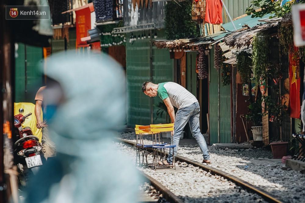 Ảnh: Du khách nước ngoài vẫn tìm đến check-in dù phố cà phê đường tàu đã chính thức bị xóa sổ - Ảnh 10.