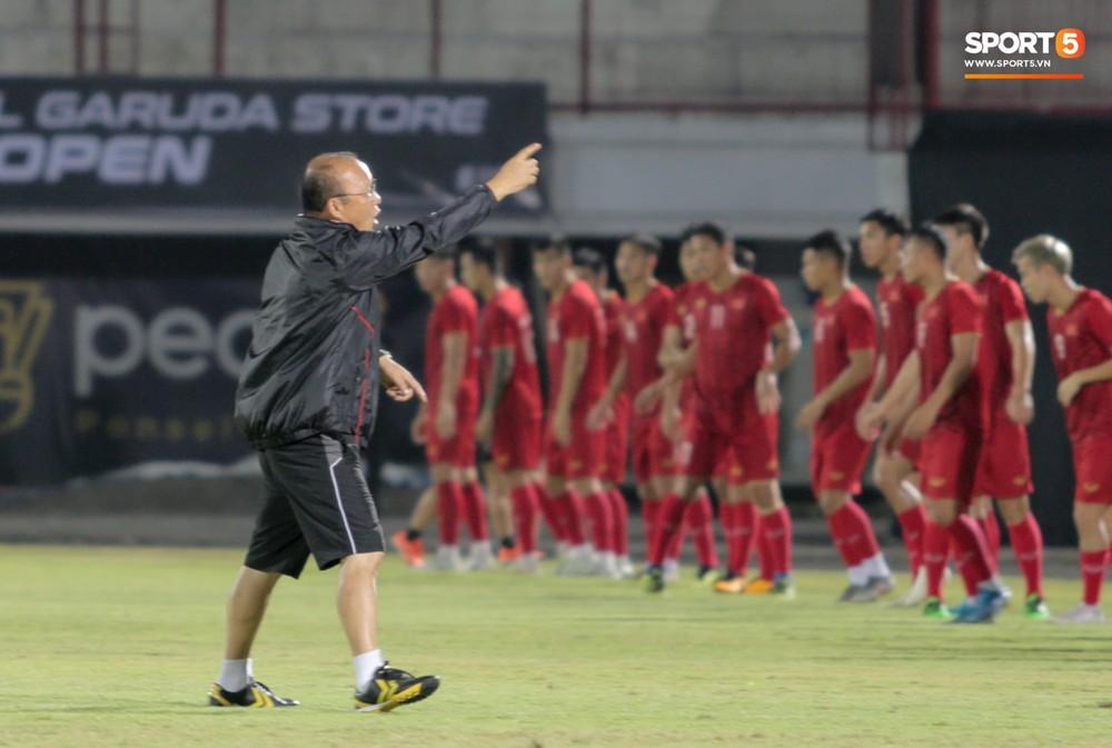 HLV Park Hang-seo bất ngờ hét lớn vì nghi buổi tập chiều 14/10 của tuyển Việt Nam bị quay lén - Ảnh 1.