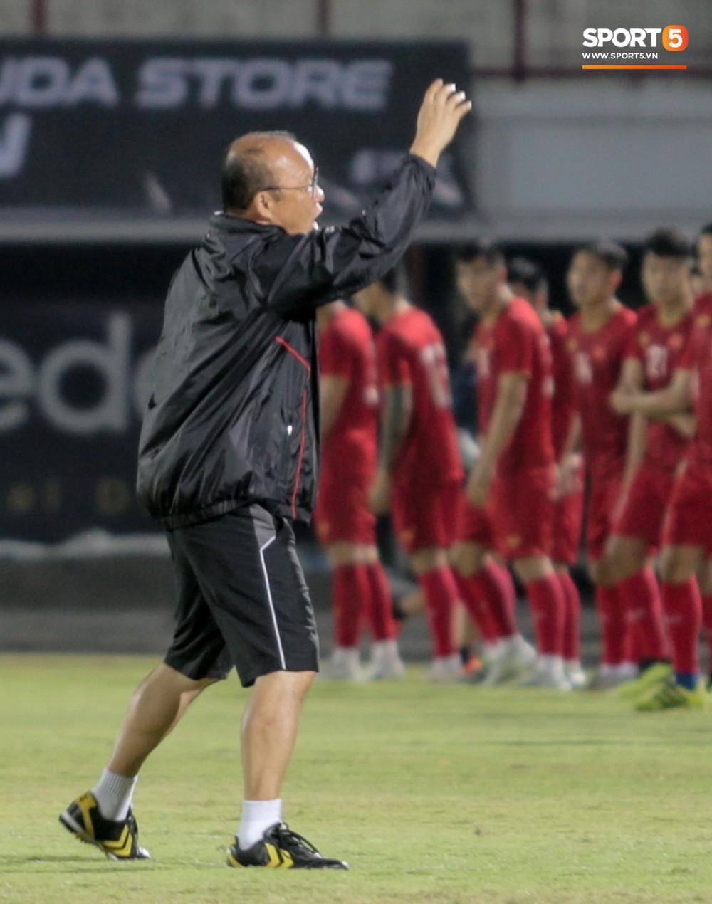 HLV Park Hang-seo bất ngờ hét lớn vì nghi buổi tập chiều 14/10 của tuyển Việt Nam bị quay lén - Ảnh 2.