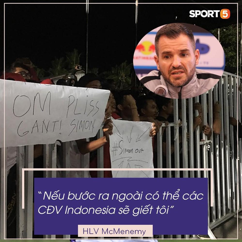 Đám đông fan Indonesia gào thét, giơ ngón tay thối yêu cầu sa thải HLV Simon sau trận thua ĐT Việt Nam - Ảnh 2.