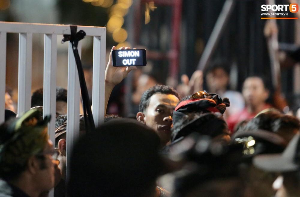 Đám đông fan Indonesia gào thét, giơ ngón tay thối yêu cầu sa thải HLV Simon sau trận thua ĐT Việt Nam - Ảnh 6.