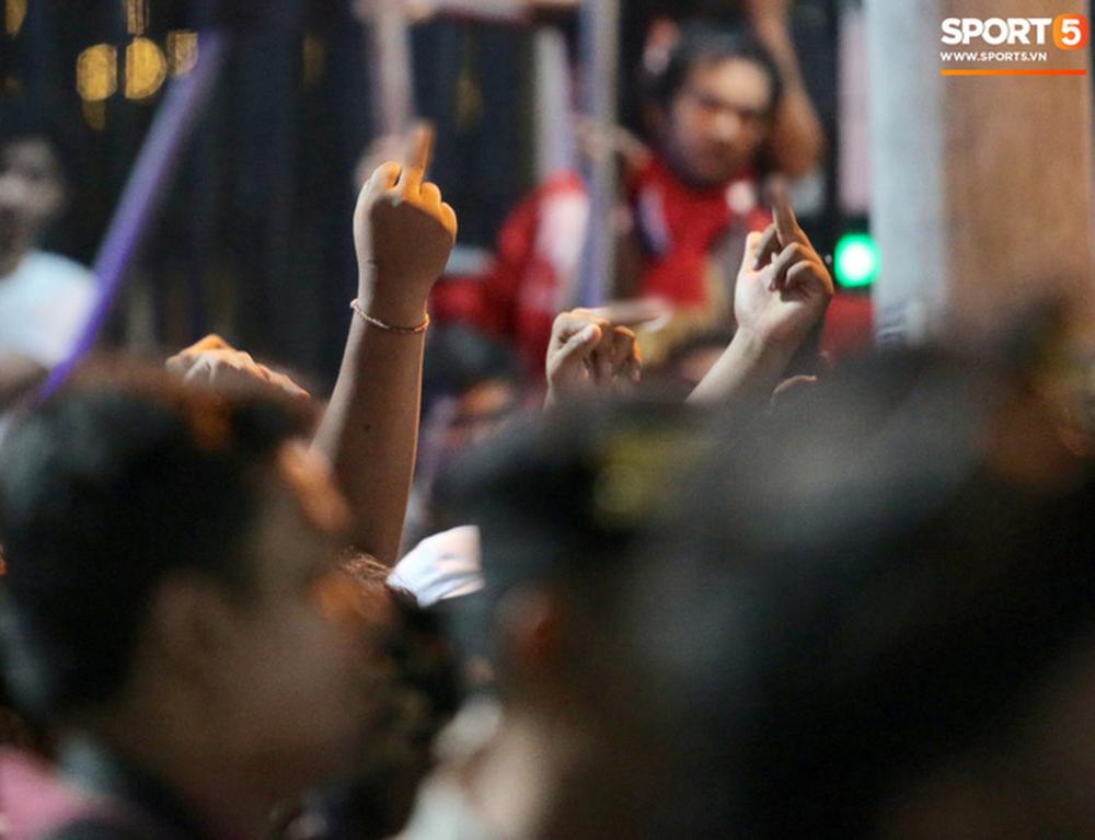 Đám đông fan Indonesia gào thét, giơ ngón tay thối yêu cầu sa thải HLV Simon sau trận thua ĐT Việt Nam - Ảnh 7.