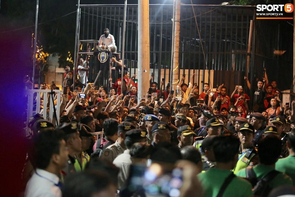 Đám đông fan Indonesia gào thét, giơ ngón tay thối yêu cầu sa thải HLV Simon sau trận thua ĐT Việt Nam - Ảnh 4.
