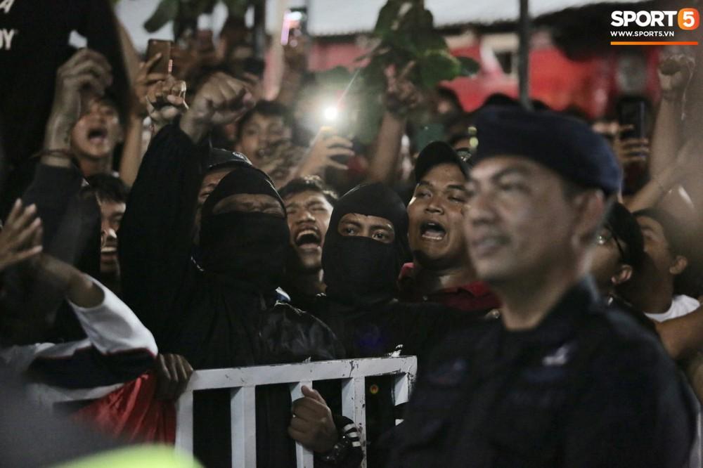 Đám đông fan Indonesia gào thét, giơ ngón tay thối yêu cầu sa thải HLV Simon sau trận thua ĐT Việt Nam - Ảnh 5.