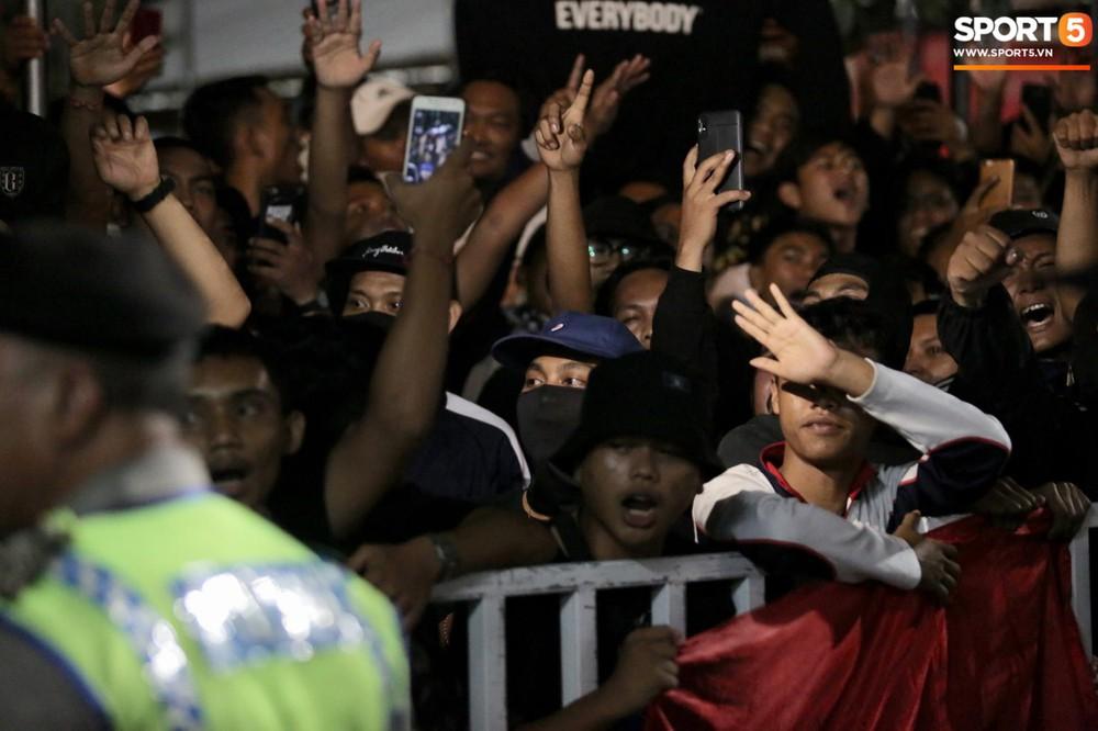 Đám đông fan Indonesia gào thét, giơ ngón tay thối yêu cầu sa thải HLV Simon sau trận thua ĐT Việt Nam - Ảnh 9.