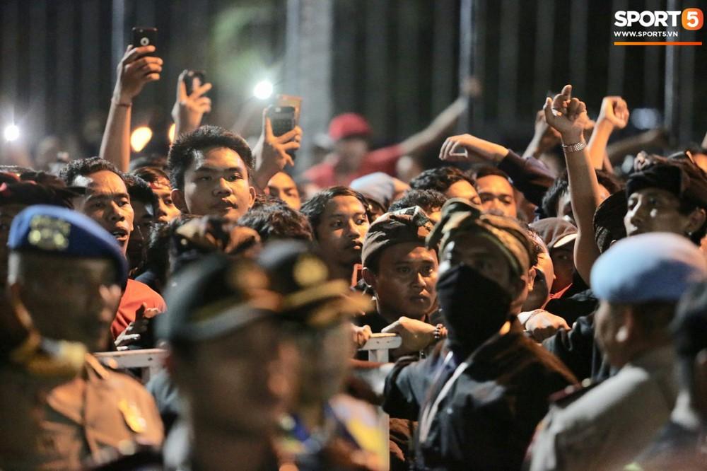 Đám đông fan Indonesia gào thét, giơ ngón tay thối yêu cầu sa thải HLV Simon sau trận thua ĐT Việt Nam - Ảnh 3.