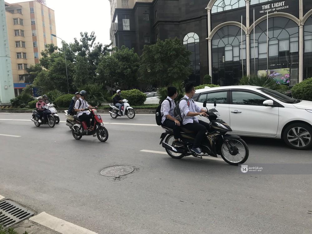 Nhức mắt cảnh hàng loạt học sinh không đội mũ bảo hiểm, phóng xe máy vèo vèo đến trường, hỏi ra lý do càng phẫn nộ hơn - Ảnh 1.