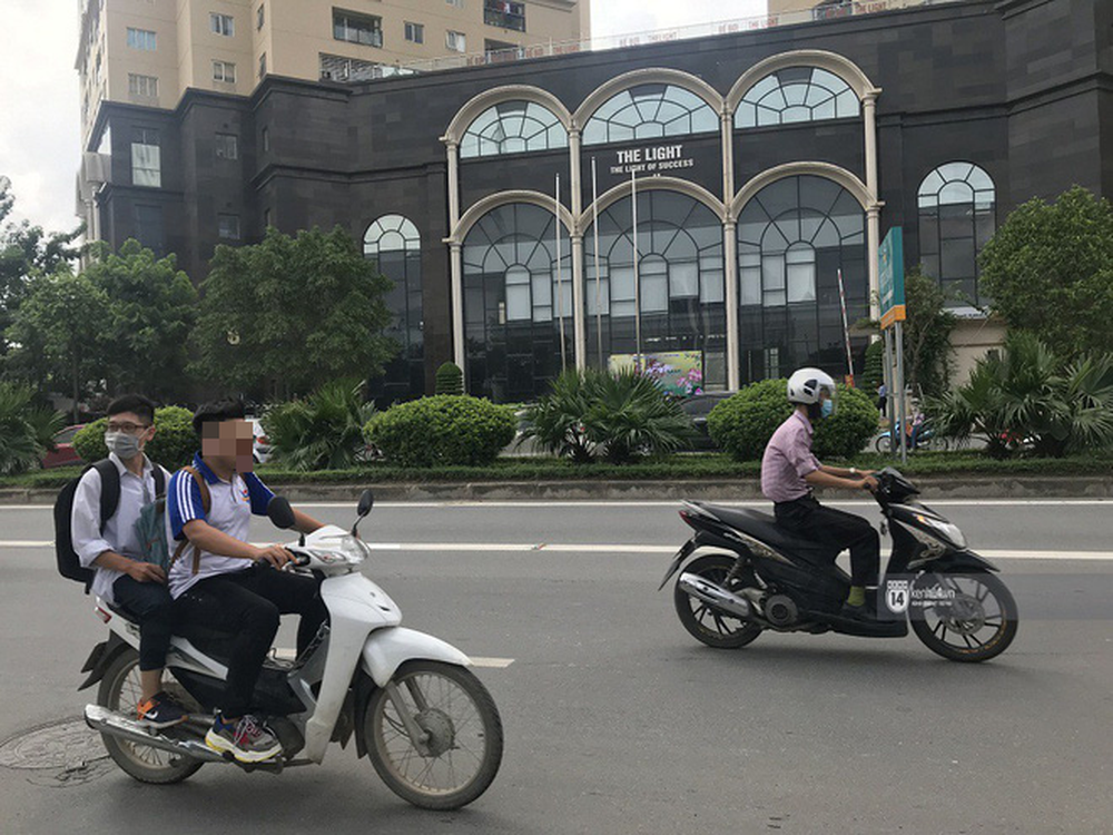 Nhức mắt cảnh hàng loạt học sinh không đội mũ bảo hiểm, phóng xe máy vèo vèo đến trường, hỏi ra lý do càng phẫn nộ hơn - Ảnh 11.