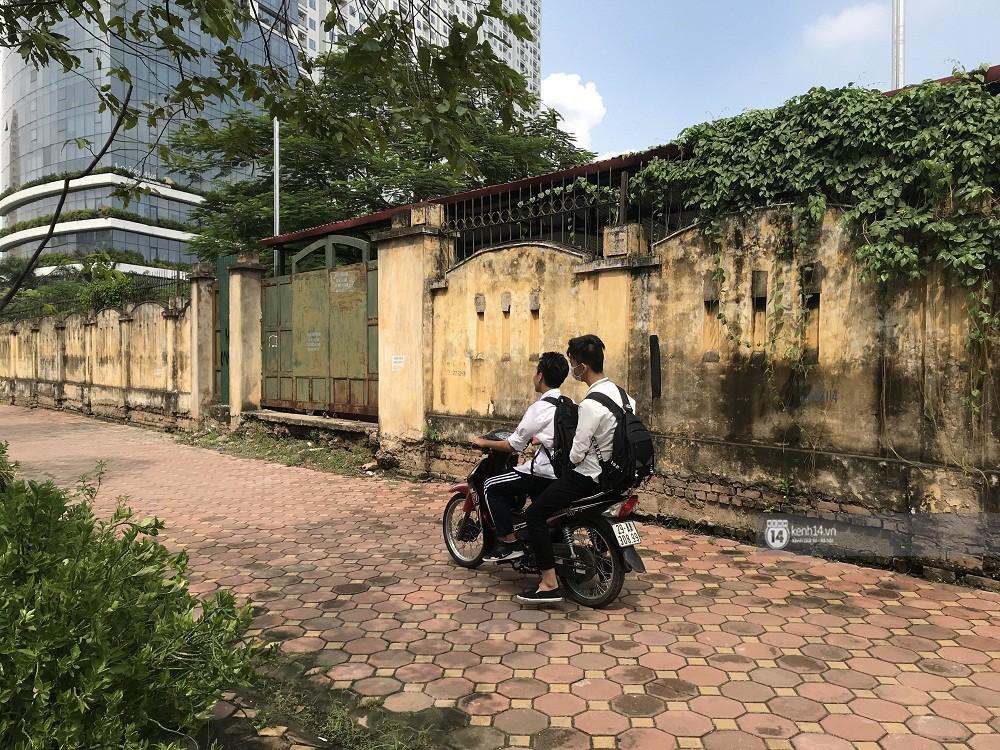 Nhức mắt cảnh hàng loạt học sinh không đội mũ bảo hiểm, phóng xe máy vèo vèo đến trường, hỏi ra lý do càng phẫn nộ hơn - Ảnh 12.