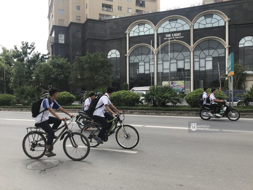 Nhức mắt cảnh hàng loạt học sinh không đội mũ bảo hiểm, phóng xe máy vèo vèo đến trường, hỏi ra lý do càng phẫn nộ hơn - Ảnh 2.