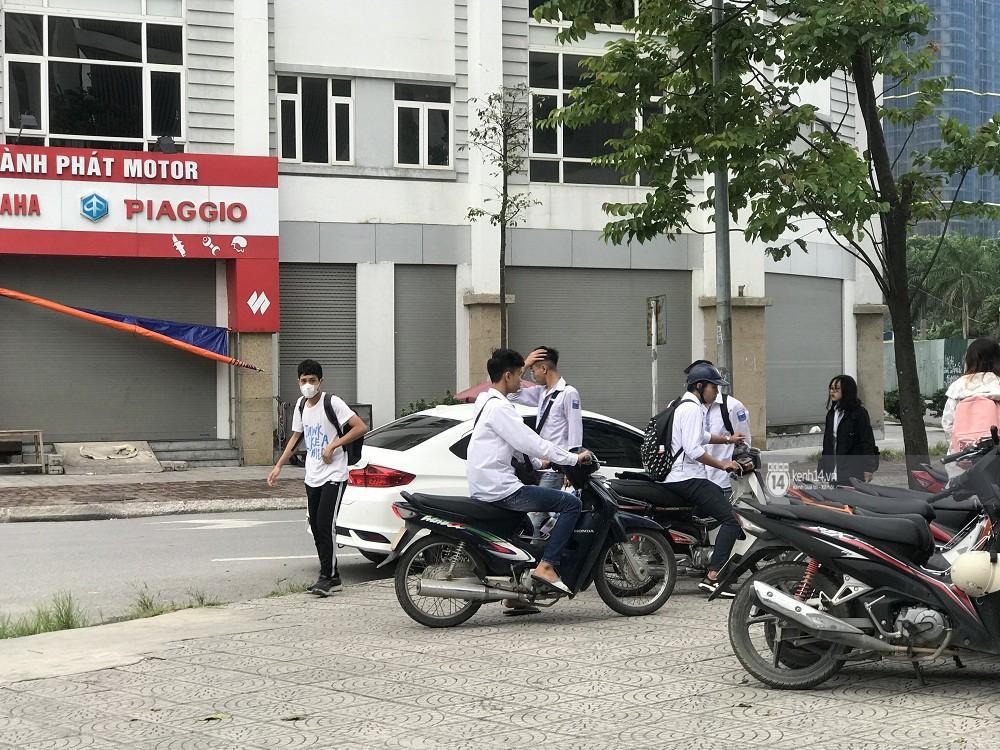 Nhức mắt cảnh hàng loạt học sinh không đội mũ bảo hiểm, phóng xe máy vèo vèo đến trường, hỏi ra lý do càng phẫn nộ hơn - Ảnh 9.