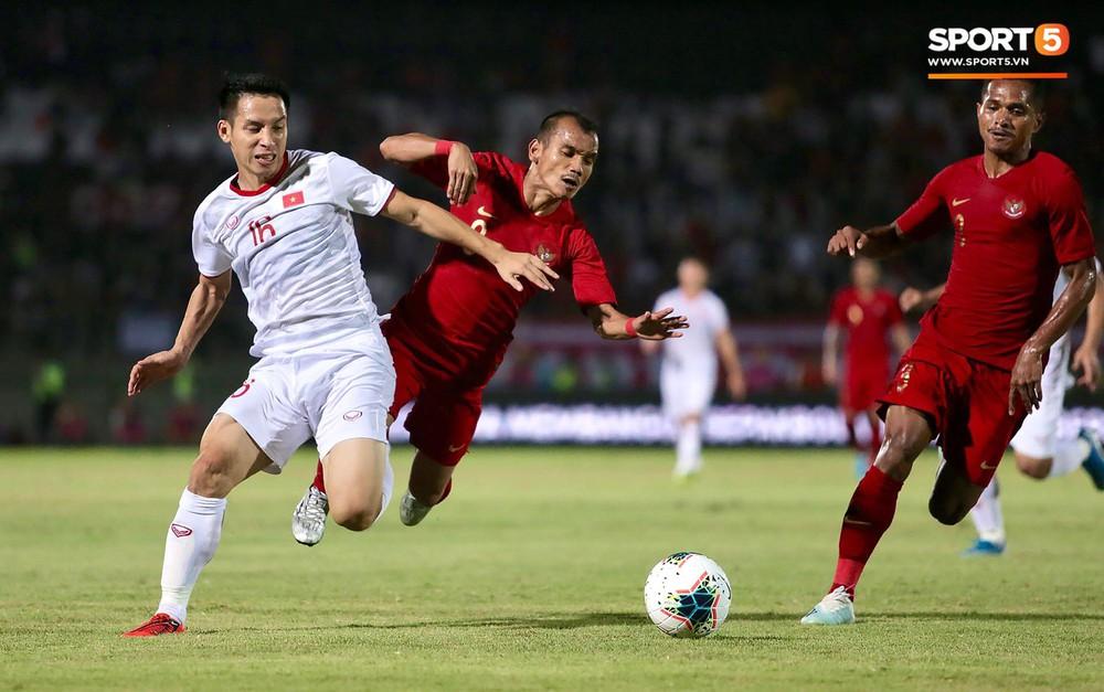 Sút trượt penalty, tiền vệ tuyển Việt Nam vẫn tươi cười ăn mừng cùng đồng đội - Ảnh 1.