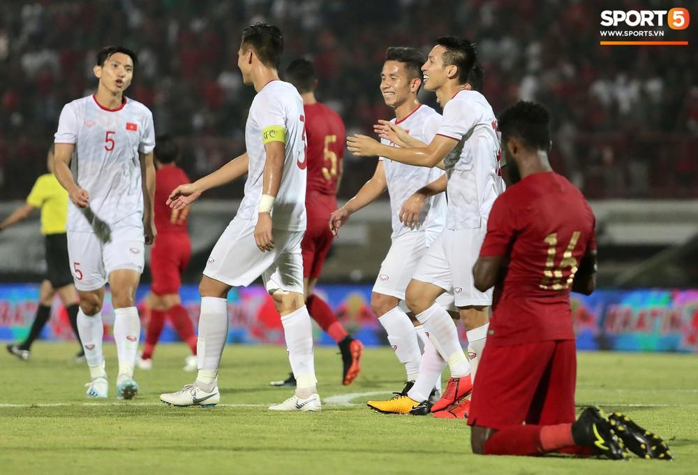 Sút trượt penalty, tiền vệ tuyển Việt Nam vẫn tươi cười ăn mừng cùng đồng đội - Ảnh 6.