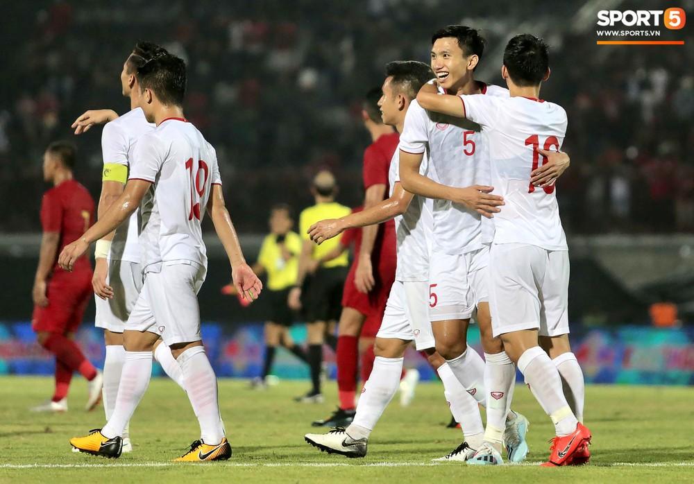 Sút trượt penalty, tiền vệ tuyển Việt Nam vẫn tươi cười ăn mừng cùng đồng đội - Ảnh 7.