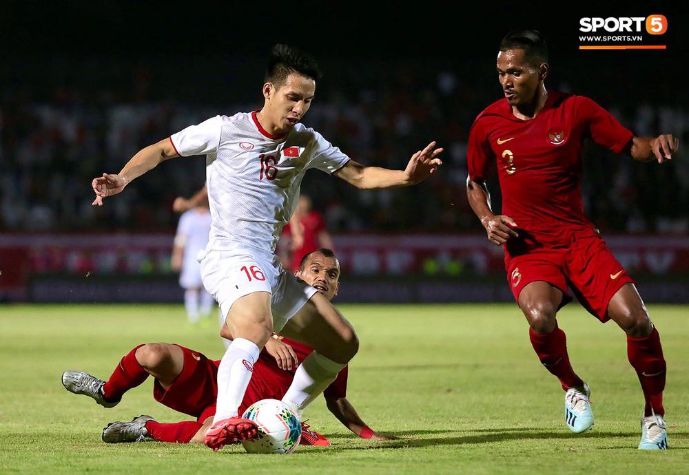 Sút trượt penalty, tiền vệ tuyển Việt Nam vẫn tươi cười ăn mừng cùng đồng đội - Ảnh 2.