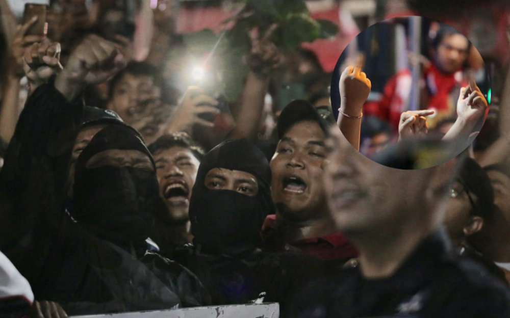 Đám đông fan Indonesia gào thét, giơ ngón tay thối yêu cầu sa thải HLV Simon sau trận thua ĐT Việt Nam - Ảnh 10.