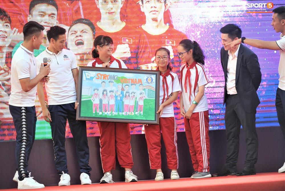 Làm quân sư có tâm như Quang Hải: Đấm bóp cho thí sinh thi thố để giành vé đi Malaysia cổ vũ tuyển Việt Nam - Ảnh 12.
