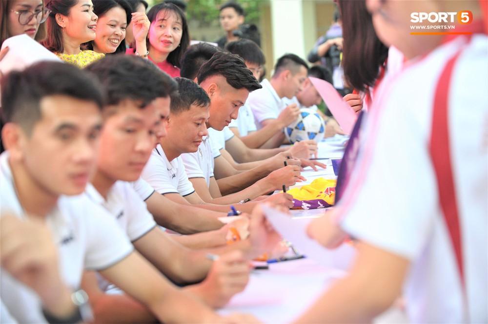 Làm quân sư có tâm như Quang Hải: Đấm bóp cho thí sinh thi thố để giành vé đi Malaysia cổ vũ tuyển Việt Nam - Ảnh 13.