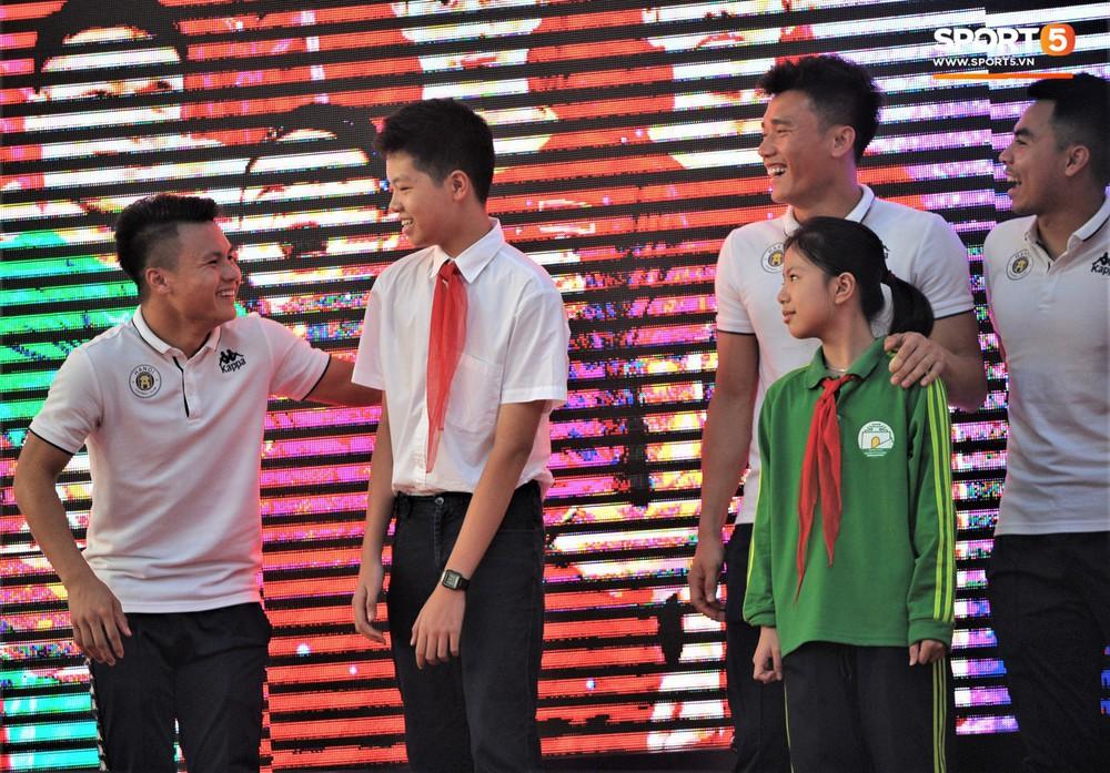 Làm quân sư có tâm như Quang Hải: Đấm bóp cho thí sinh thi thố để giành vé đi Malaysia cổ vũ tuyển Việt Nam - Ảnh 4.