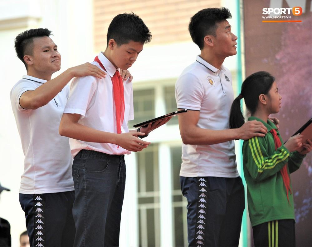Làm quân sư có tâm như Quang Hải: Đấm bóp cho thí sinh thi thố để giành vé đi Malaysia cổ vũ tuyển Việt Nam - Ảnh 5.