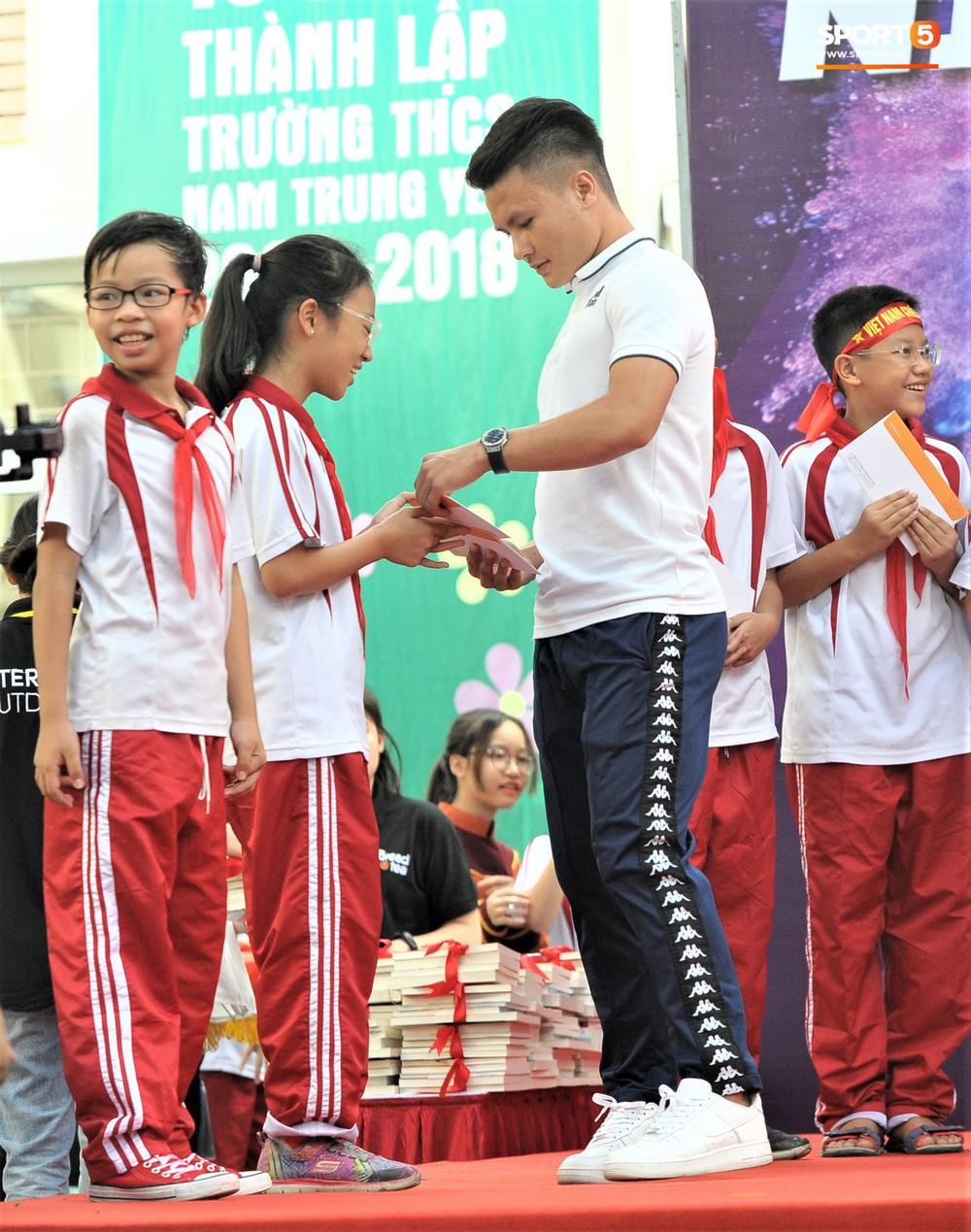 Làm quân sư có tâm như Quang Hải: Đấm bóp cho thí sinh thi thố để giành vé đi Malaysia cổ vũ tuyển Việt Nam - Ảnh 10.