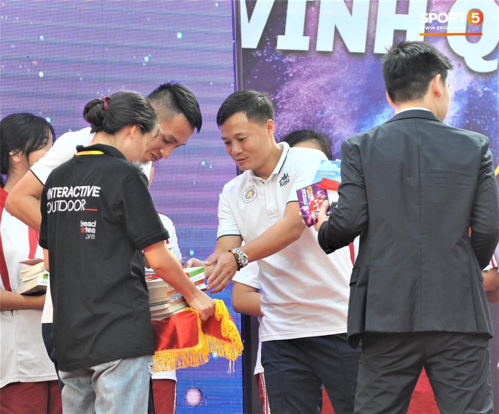 Làm quân sư có tâm như Quang Hải: Đấm bóp cho thí sinh thi thố để giành vé đi Malaysia cổ vũ tuyển Việt Nam - Ảnh 11.