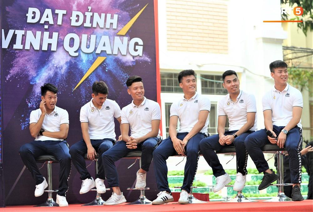 Làm quân sư có tâm như Quang Hải: Đấm bóp cho thí sinh thi thố để giành vé đi Malaysia cổ vũ tuyển Việt Nam - Ảnh 9.