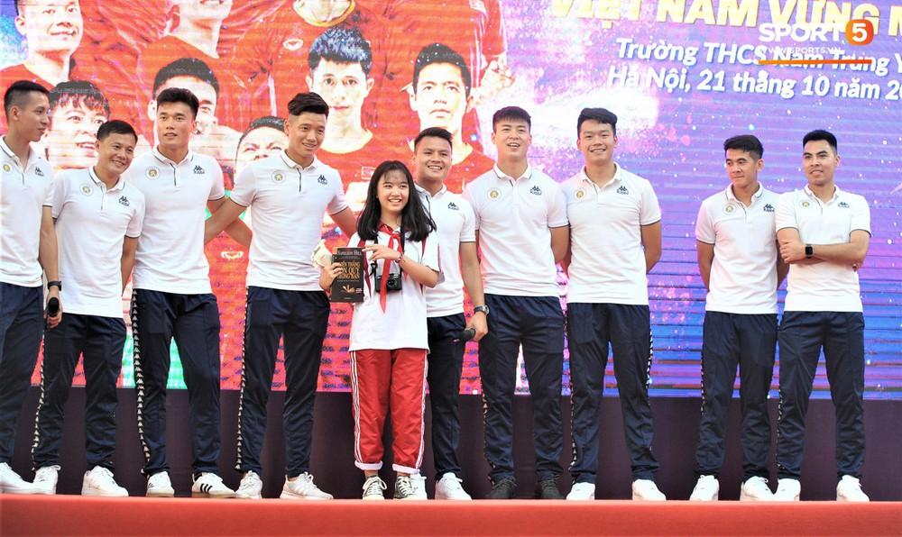 Làm quân sư có tâm như Quang Hải: Đấm bóp cho thí sinh thi thố để giành vé đi Malaysia cổ vũ tuyển Việt Nam - Ảnh 2.