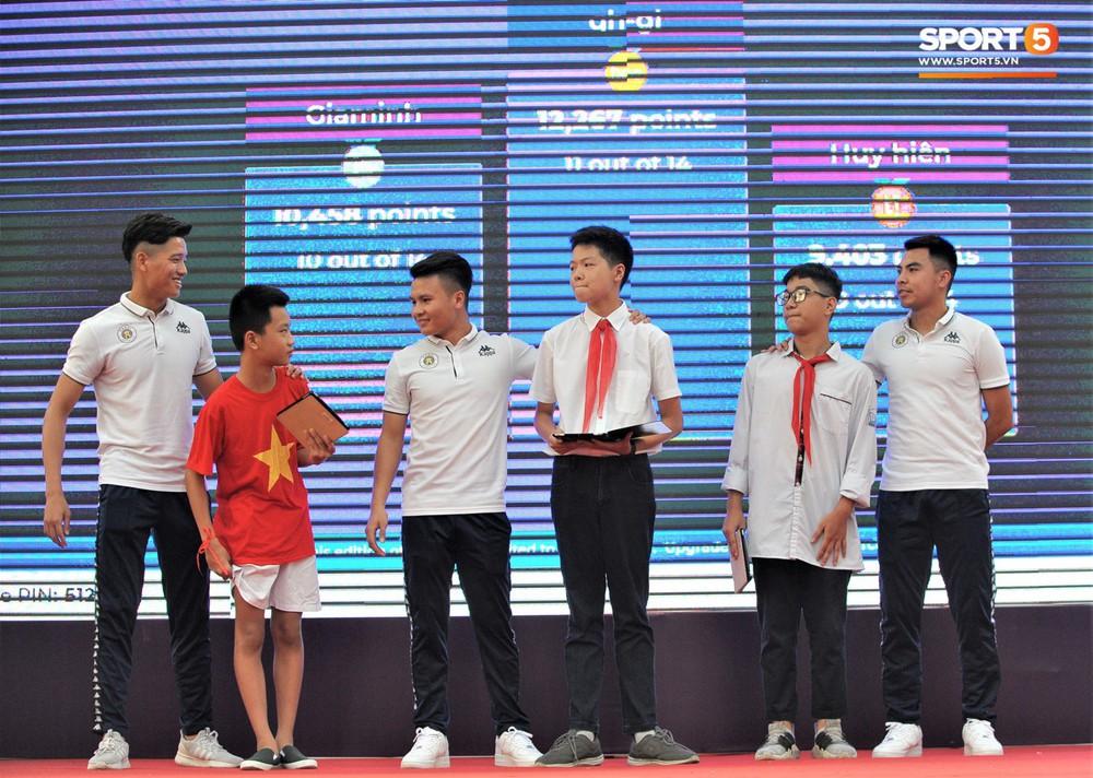 Làm quân sư có tâm như Quang Hải: Đấm bóp cho thí sinh thi thố để giành vé đi Malaysia cổ vũ tuyển Việt Nam - Ảnh 7.