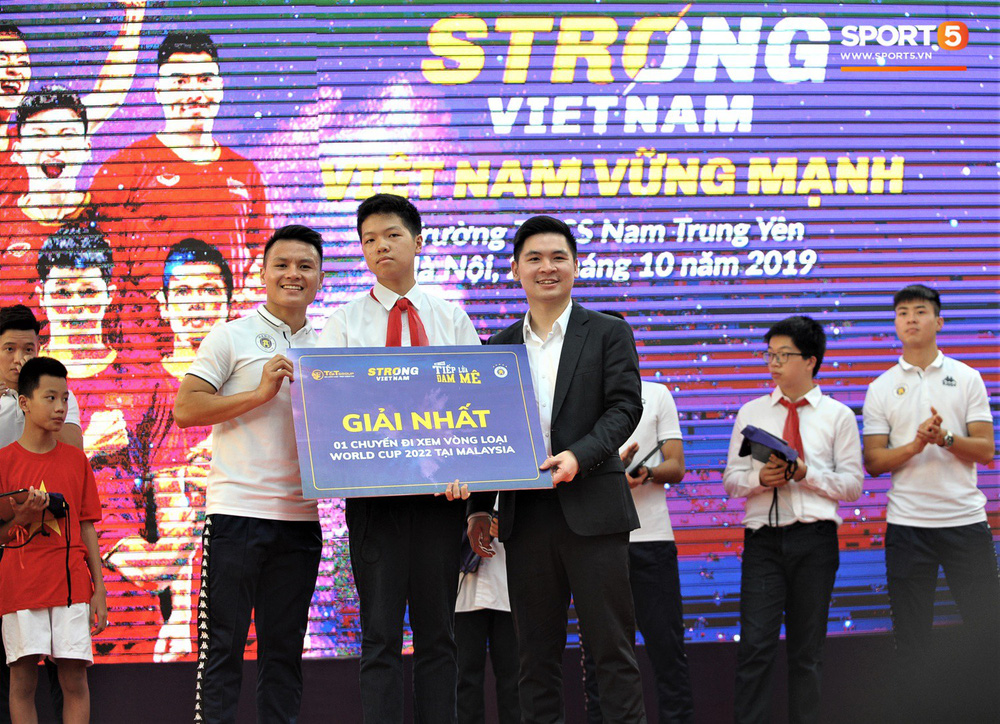 Làm quân sư có tâm như Quang Hải: Đấm bóp cho thí sinh thi thố để giành vé đi Malaysia cổ vũ tuyển Việt Nam - Ảnh 8.