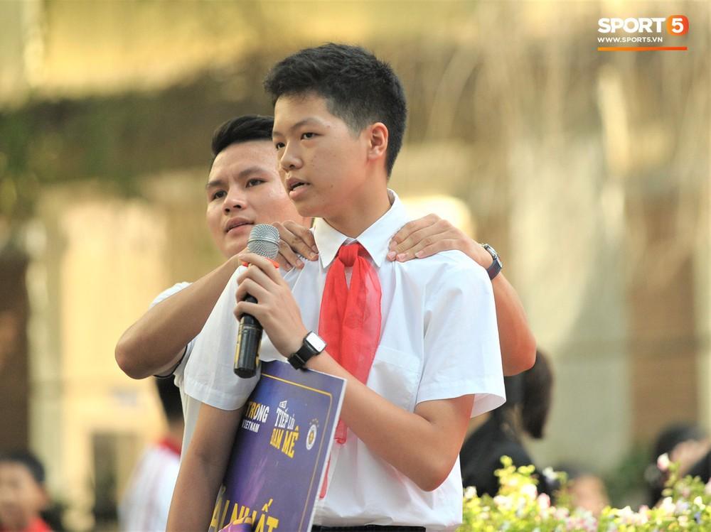 Làm quân sư có tâm như Quang Hải: Đấm bóp cho thí sinh thi thố để giành vé đi Malaysia cổ vũ tuyển Việt Nam - Ảnh 6.