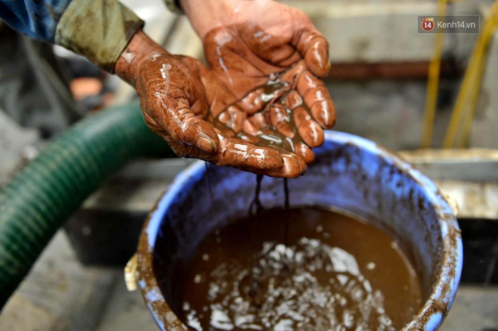 Ảnh: Dầu lắng cặn, bốc mùi nồng nặc khi thau rửa bể nước tại khu đô thị Hà Nội sau sự cố ô nhiễm nước sông Đà - Ảnh 18.