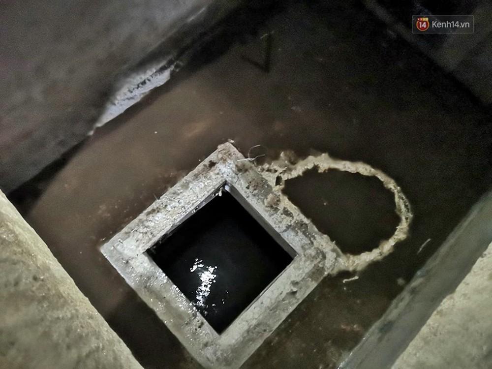 Ảnh: Dầu lắng cặn, bốc mùi nồng nặc khi thau rửa bể nước tại khu đô thị Hà Nội sau sự cố ô nhiễm nước sông Đà - Ảnh 14.
