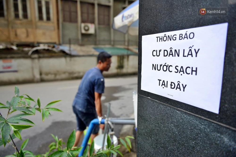Ảnh: Dầu lắng cặn, bốc mùi nồng nặc khi thau rửa bể nước tại khu đô thị Hà Nội sau sự cố ô nhiễm nước sông Đà - Ảnh 17.