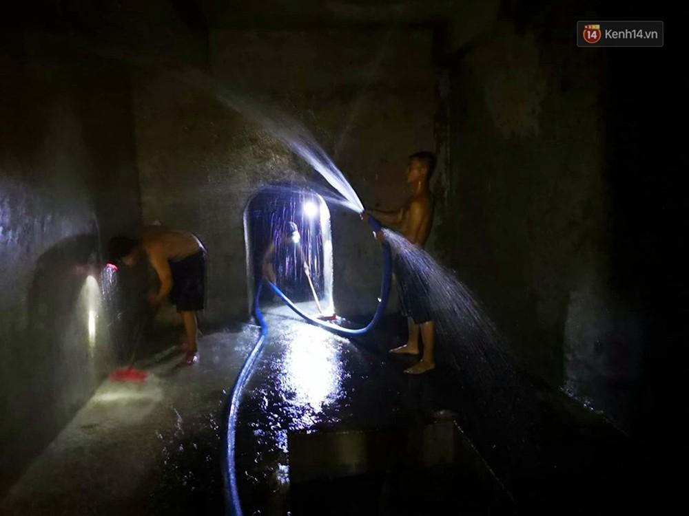 Ảnh: Dầu lắng cặn, bốc mùi nồng nặc khi thau rửa bể nước tại khu đô thị Hà Nội sau sự cố ô nhiễm nước sông Đà - Ảnh 12.